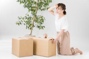 荷物を整理する女性
